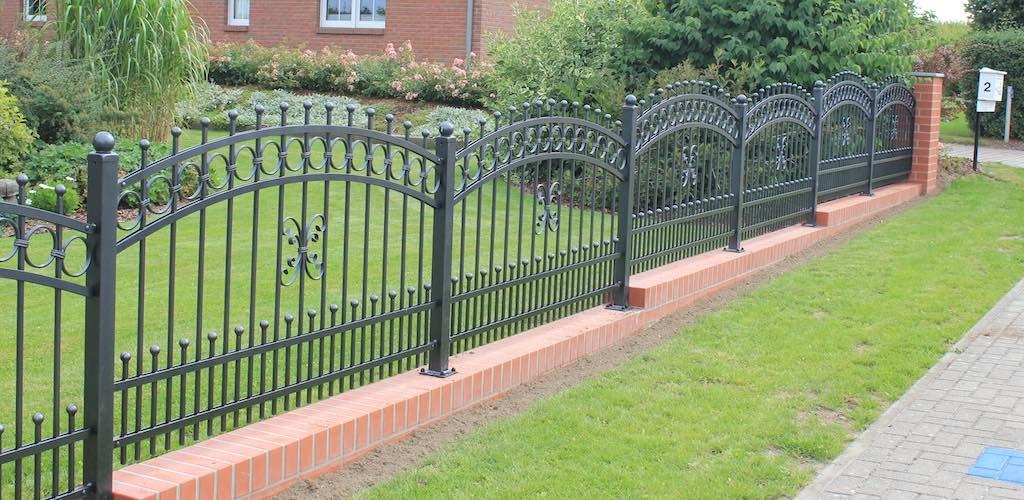 Schmiedeeisen-Zaun mit Klinkersockel