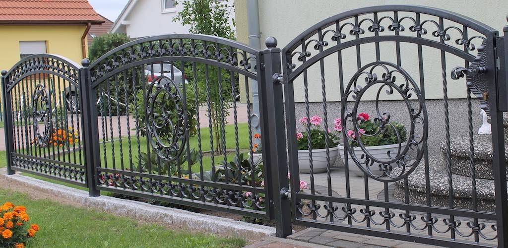 Zaun aus Schmiedeeisen mit Metallpfosten